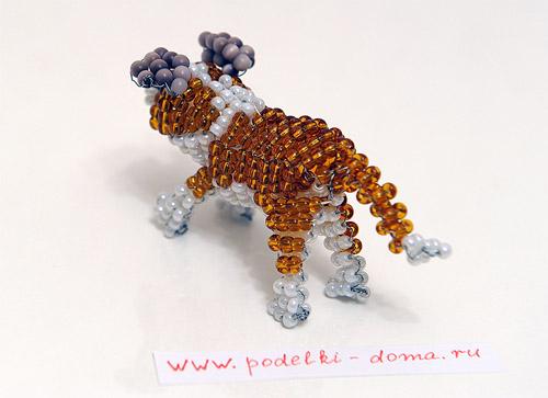 Такая объемная собачка из бисера может быть просто игрушкой, а может служить и оформлением подарка...