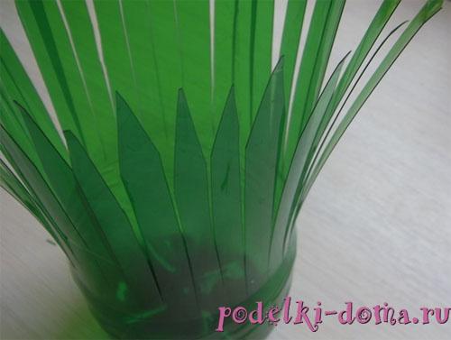 ваза с цветами из пластиковой бутылки
