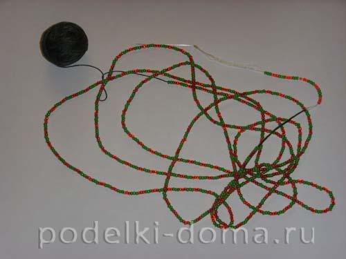 Елочная игрушка из киндера (вязание с бисером)