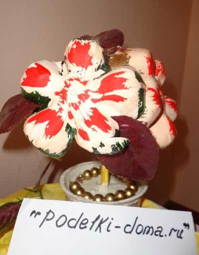 podelka cvetok iz butyki
