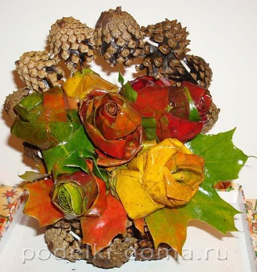 korzina-roz iz shishek i listyev