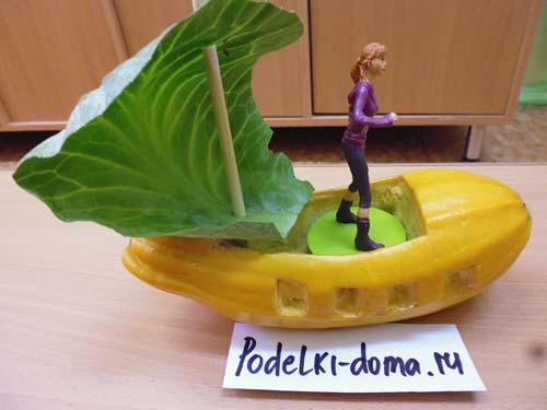 Поделки из овощей и фруктов. Лодка из кабачка