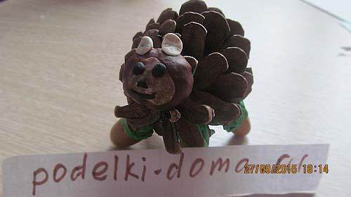 podelka iz shishki medved