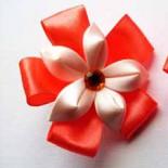 Канзаши из лент – резиночка с цветком