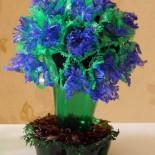Цветущий куст из пластиковых бутылок