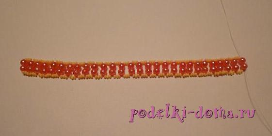 Простой браслет из бисера на нитке