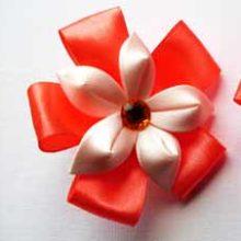 Канзаши из лент — резиночка с цветком