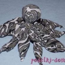 Осьминожек из ткани — простая игрушка своими руками
