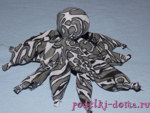 простая игрушка своими руками  - осьминог из ткани