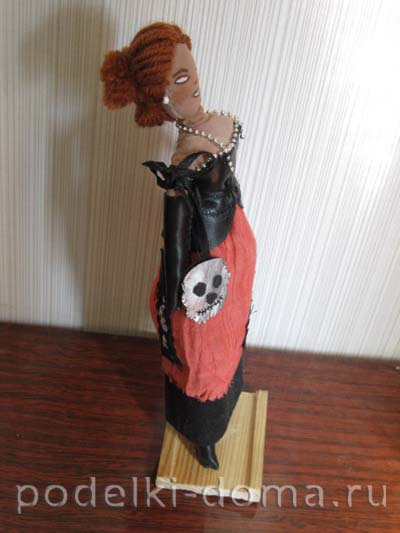 01-Lady-with-Scull-side