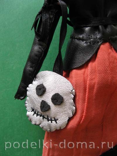 3-Lady-with-Scull-bag