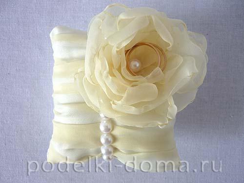svadebnaya podushechka dlya kolec s cvetkom1