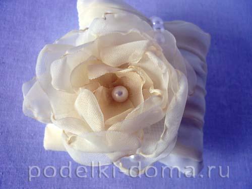 svadebnaya podushechka dlya kolec s cvetkom17