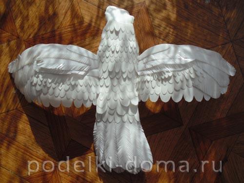 golub iz plastikovyh butylok