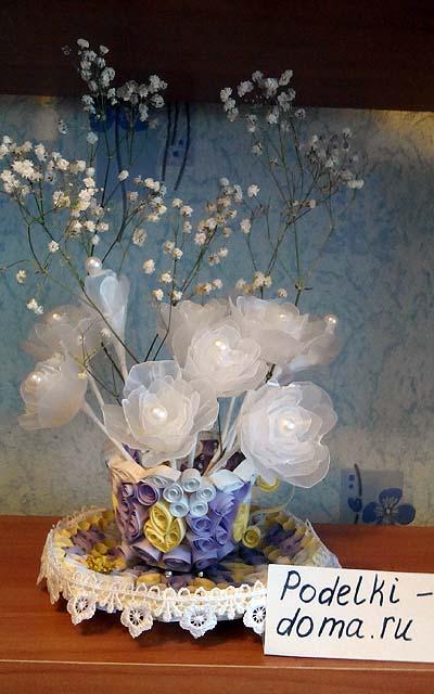 belye rozy iz plastika