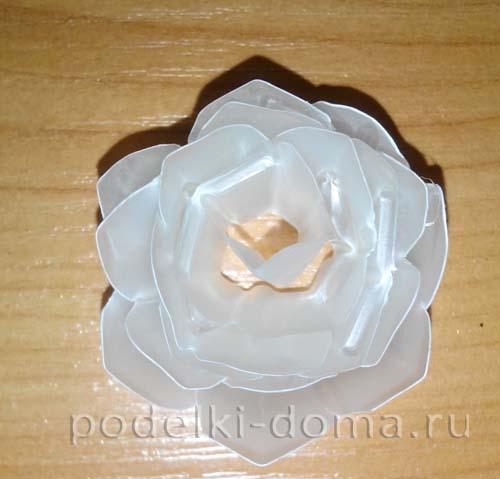 belye rozy iz plastika8