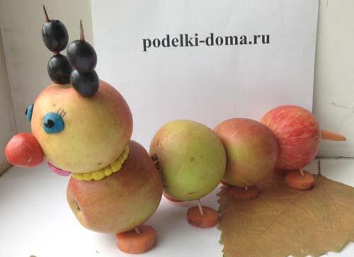 гусеница из яблок поделка фото