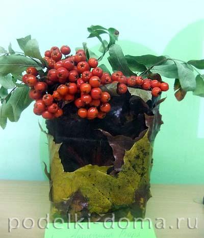vaza iz listyev s ryabinoy