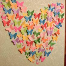 Оригинальное яркое украшение на стену в виде сердца из бабочек