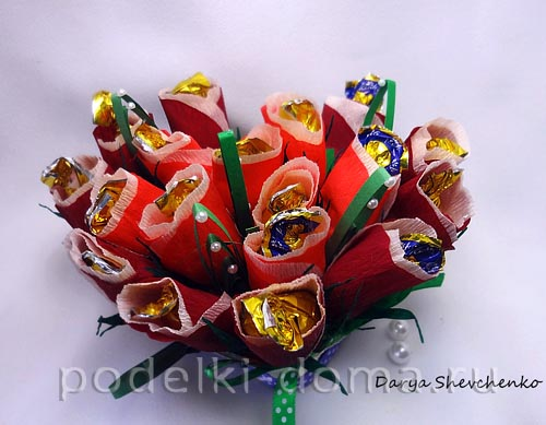 serdce iz konfetnyh cvetov
