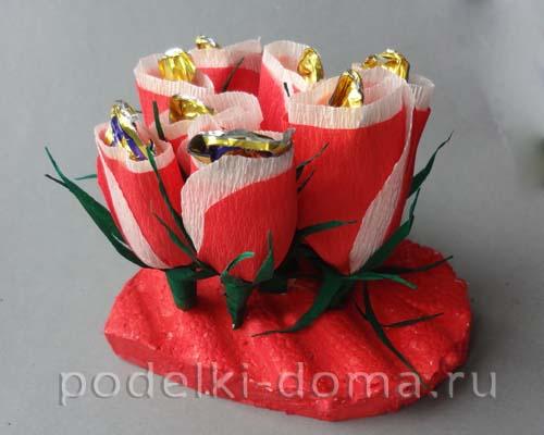 serdce iz konfetnyh cvetov21