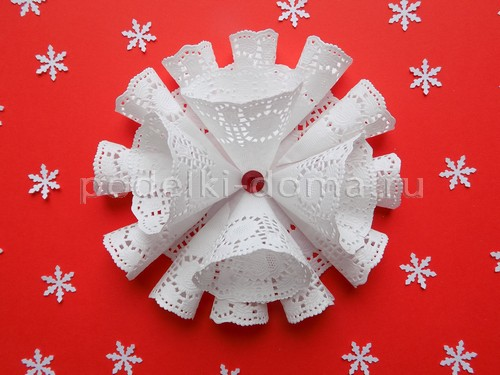 snezhinka-iz-salfetok-azhurnaya-01 Новогодние снежинки своими руками: шьём, вяжем, вышиваем, плетем из бисера!