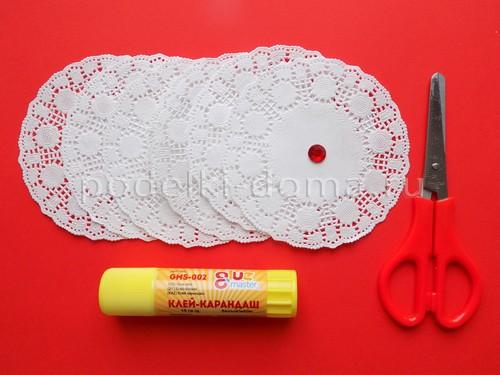 snezhinka-iz-salfetok-azhurnaya-02 Новогодние снежинки своими руками: шьём, вяжем, вышиваем, плетем из бисера!
