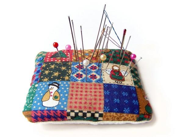 a-little-pincushion-1420001 Как сделать игольницу своими руками: идеи и мастер-классы