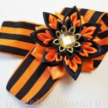 Георгиевская ленточка с цветком канзаши