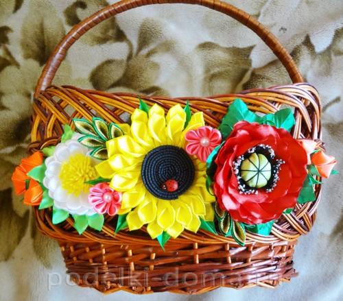 tsvetyi-iz-lent-na-korzinku26 Как собрать розы из атласных лент в красивую корзинку