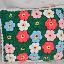 Подушка «Цветочная поляна» (вязание крючком)