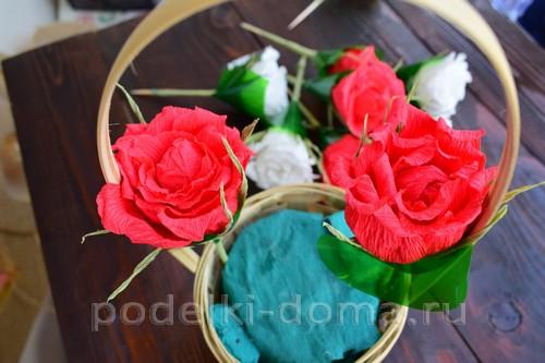 корзина роз из гофробумаги 34