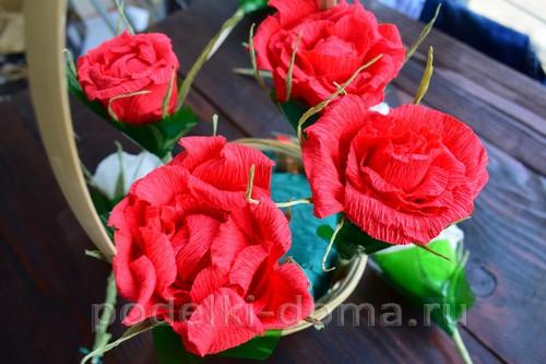 корзина роз из гофробумаги 35