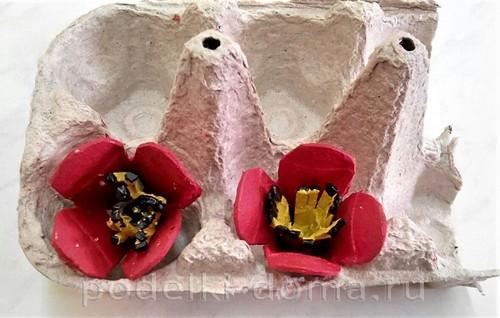 Цветы нарциссы и тюльпаны из картонных лотков