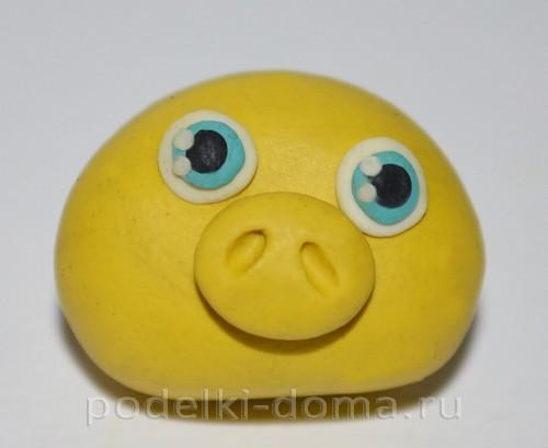 zheltaya-svinka-iz-plastilina-6 Животные из каштана и пластилина – Мастер-классы с фото для детского сада ( для детей 3-5 лет) и в школу поделок сиз желудей, шишек, листьев и каштанов