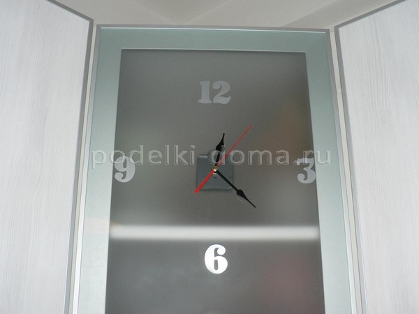 Часы в дверце кухонного шкафа