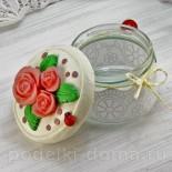 Декор стеклянной баночки розами из соленого теста