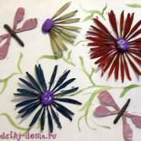 Картина из крылаток клена и ясеня «Стрекозы над цветами»