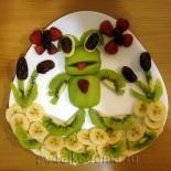 Петушок и лягушонок из фруктов