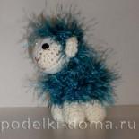 Вязанная голубая овечка из пряжи «Травка»