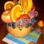 Осенняя композиция из тыквы и фруктов